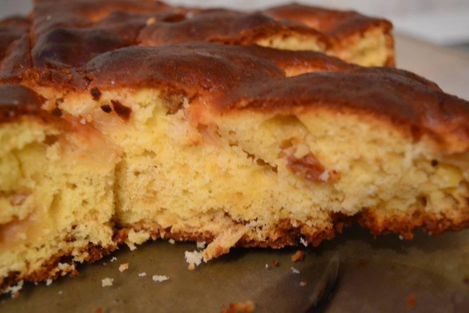 Открытый дрожжевой пирог с яблоками и изюмом в духовке