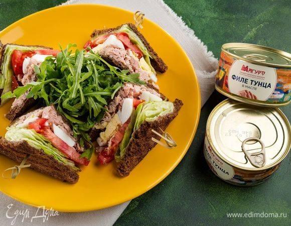 Идея для полезного перекуса: сэндвич с авокадо, курочкой и помидором