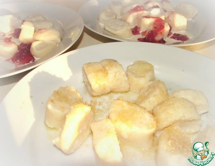 Ленивые вареники из творога с клубничным соусом рецепт с фото