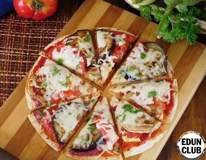 Домашняя пицца с баклажанами, сочными помидорами, сыром и колбасой