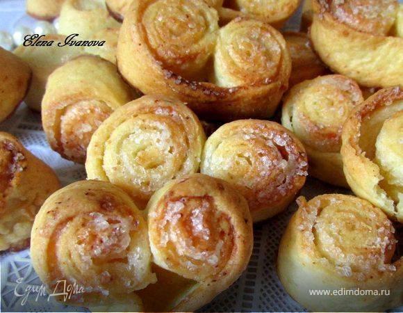 Печенье из слоеного теста с сахаром, творогом, яблоками, вареньем и другими начинками