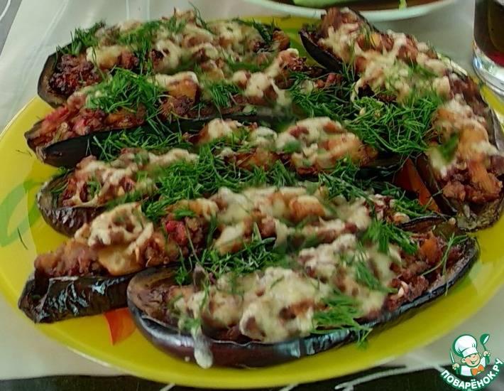 Лодочки из баклажанов в овощном соусе