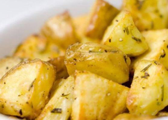 Картофель с солью в мундире в микроволновке