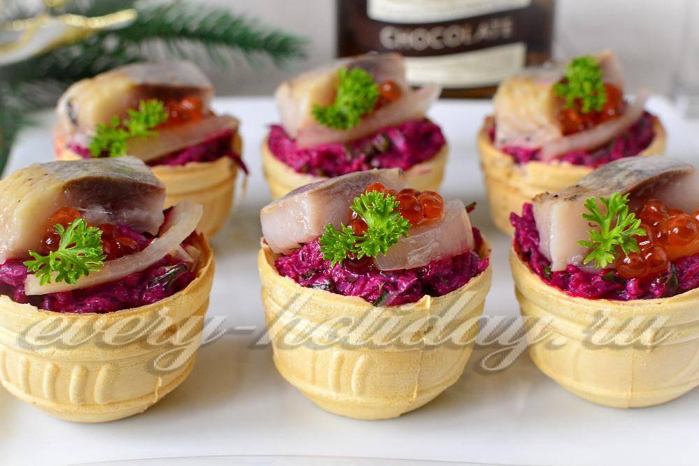 Сельдь под шубой в картофельных тарталетках салат