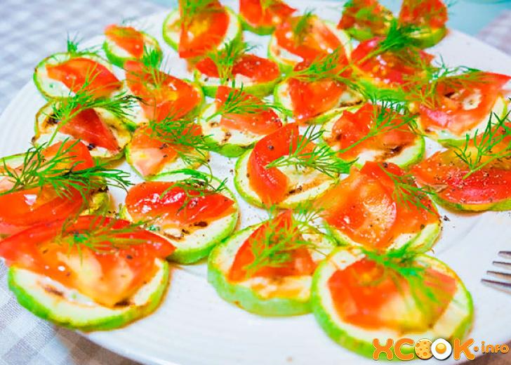 Кабачки с овощами на сковороде