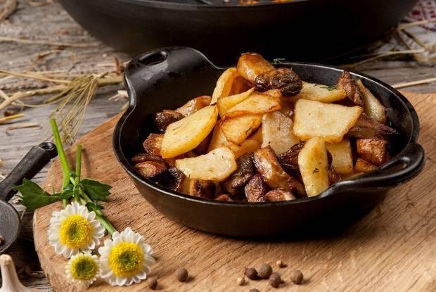 """Картошечка тушеная с сушеными лесными грибами-""""очень вкусно"""""""