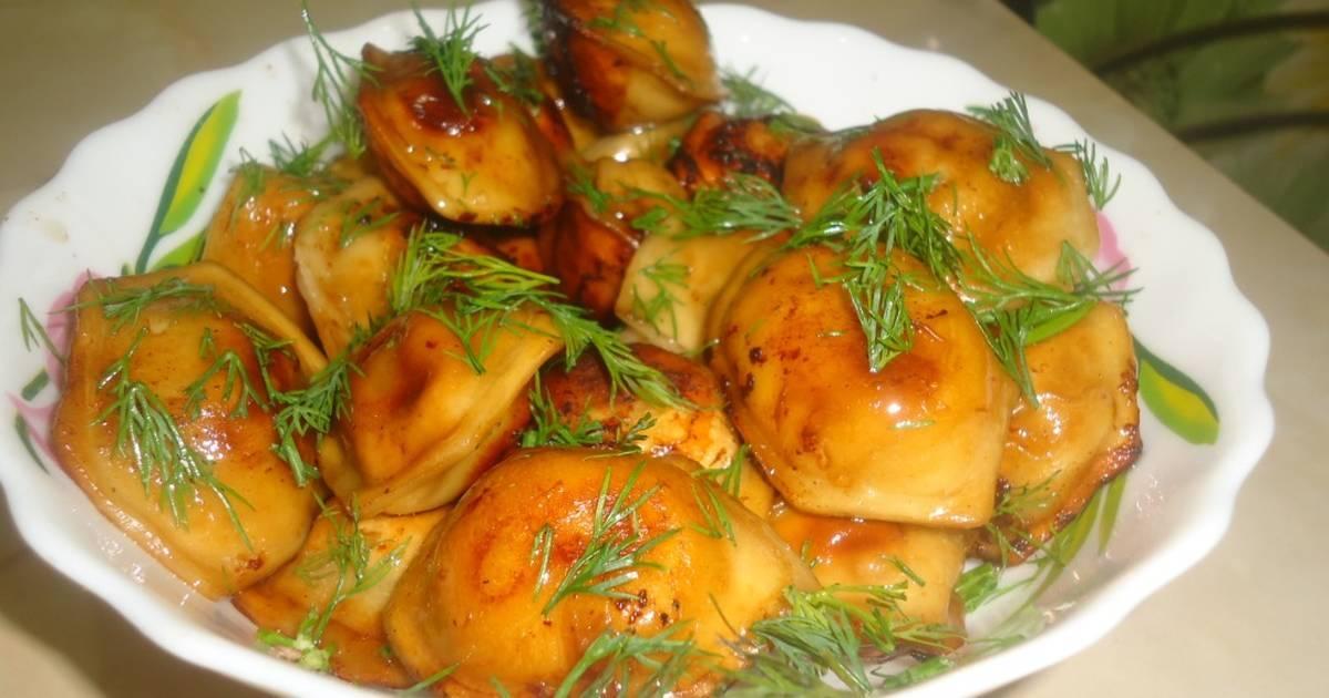 Жареные пельмени с луком и морковью
