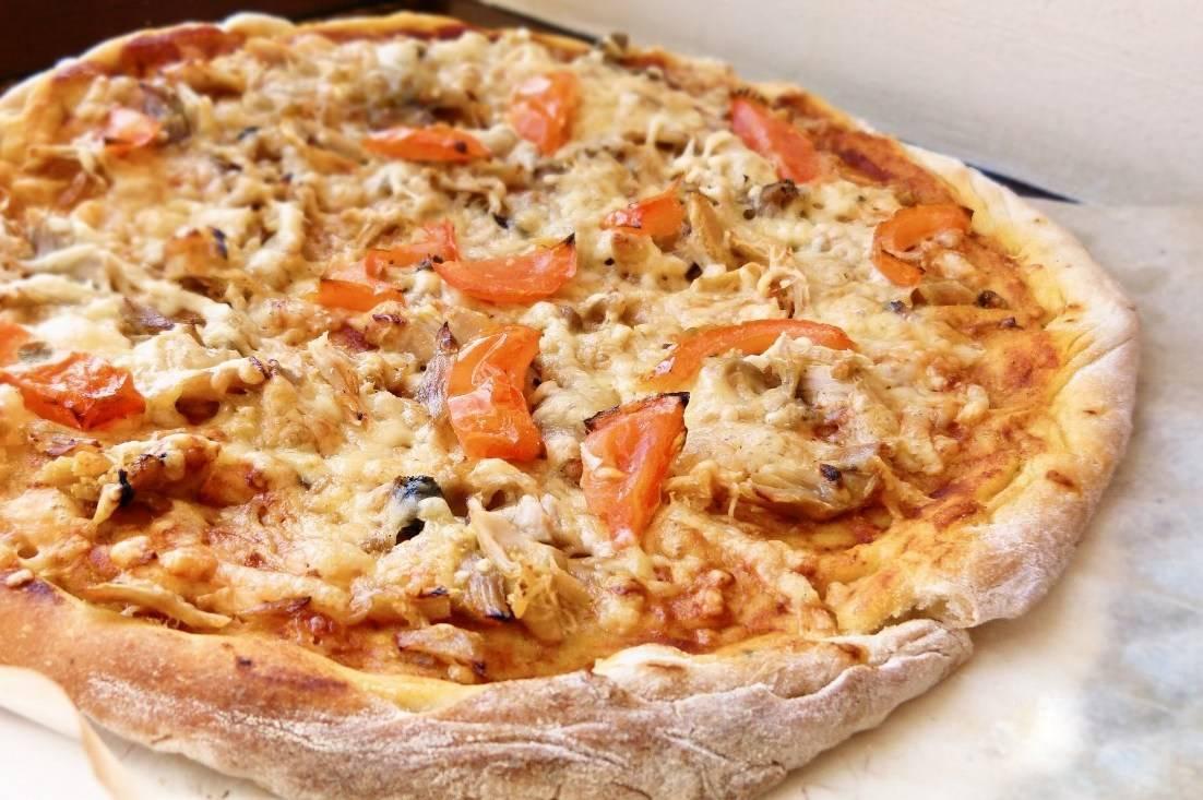 Классическая пицца: немого грибов, курицы и море удовольствия