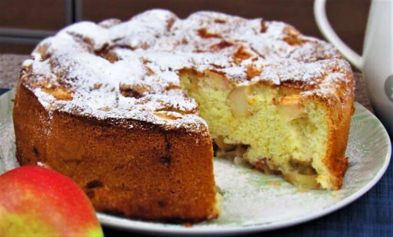 Яблочный пирог с изюмом и корицей