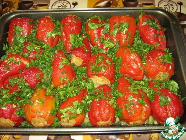 Перец фаршированный половинками в духовке