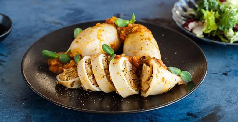 Фаршируем кальмары рисом и яйцом – быстро и просто!