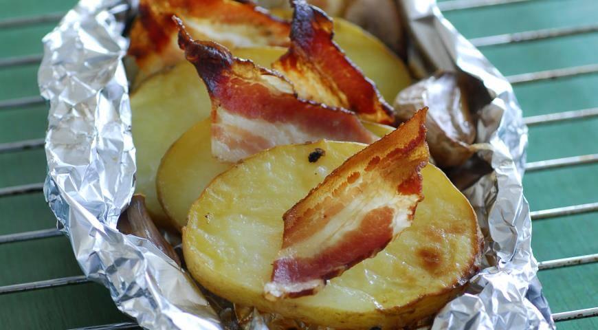 Картофель в беконе, запеченный в фольге - 8 пошаговых фото в рецепте