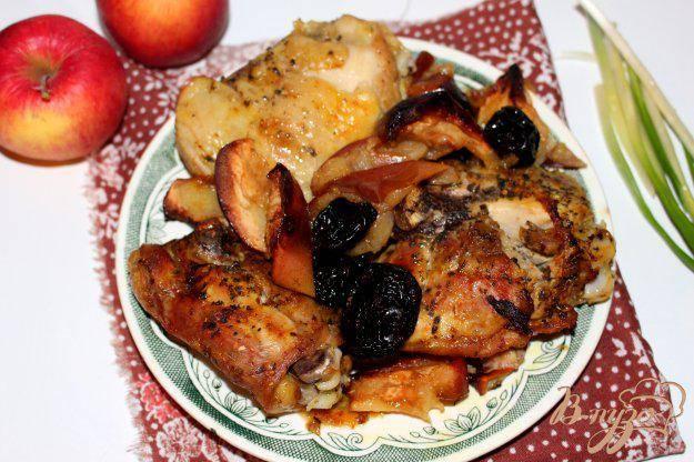 Запеченная курица с яблоками и черносливом
