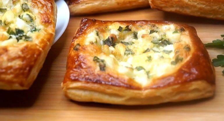 Ленивые пирожки с колбасой и зеленым луком