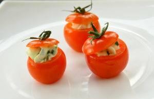 Фаршированные помидоры с творожно-рыбной начинкой