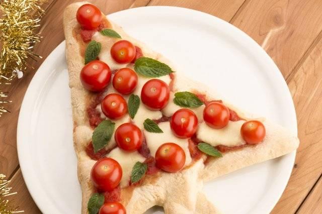 «пиццель» — 3 вида особенной новогодней пиццы (разнятся тестом и сборкой, начинка одинаковая)