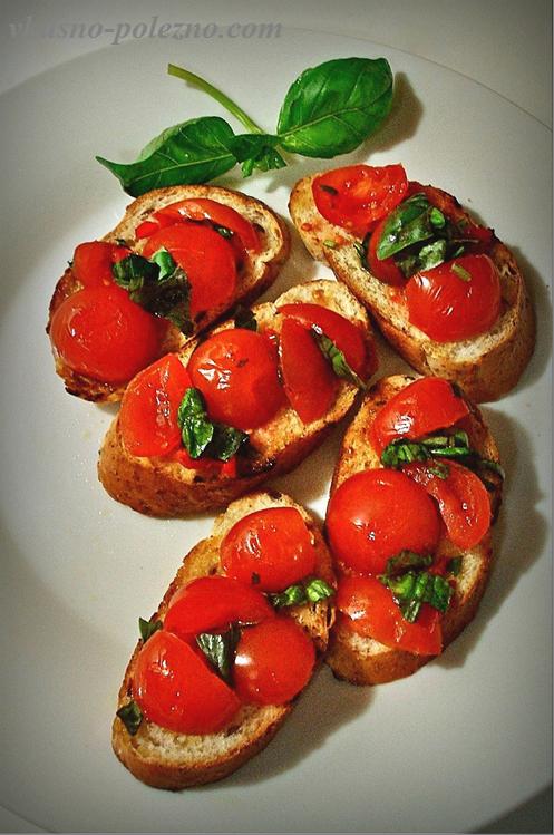 Брускетта с помидорами и базиликом, бальзамический соус