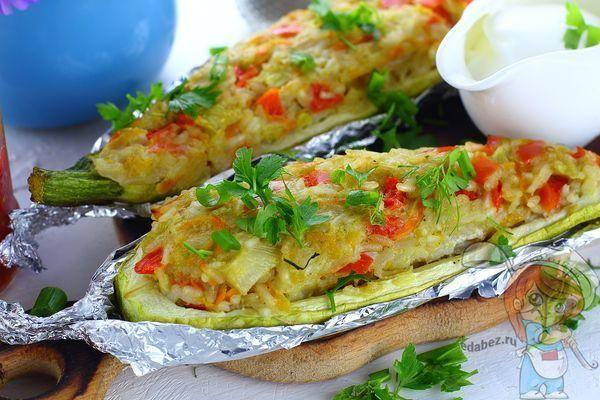 Кабачки фаршированные овощами, запечённые в духовке под сыром