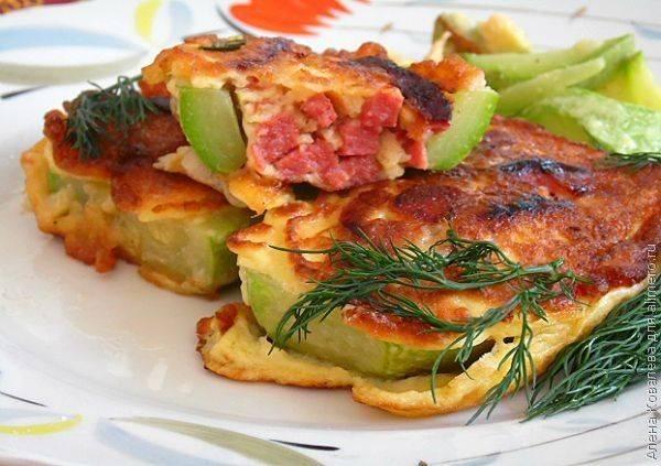 Кабачки, фаршированные колбасой