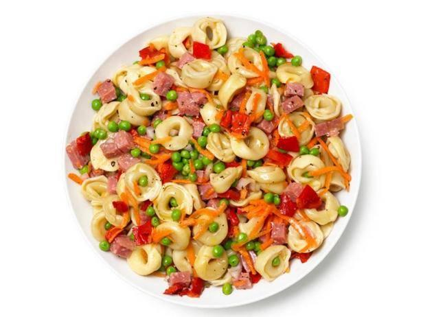 Паста с колбасками, кабачком и горошком: простой и быстрый рецепт