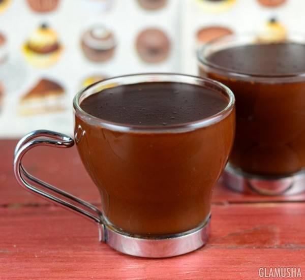 Горячий напиток из белого шоколада и орехов