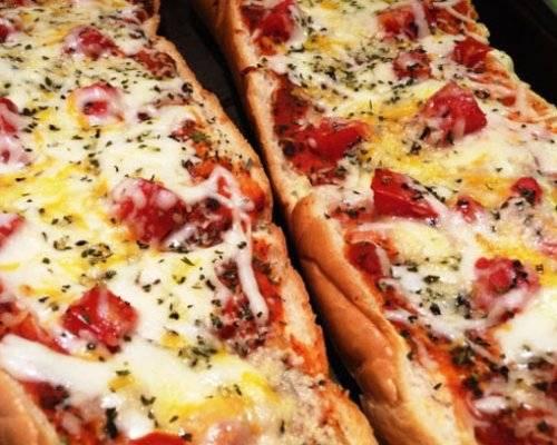 Пицца с ветчиной, помидорами черри и моцареллой