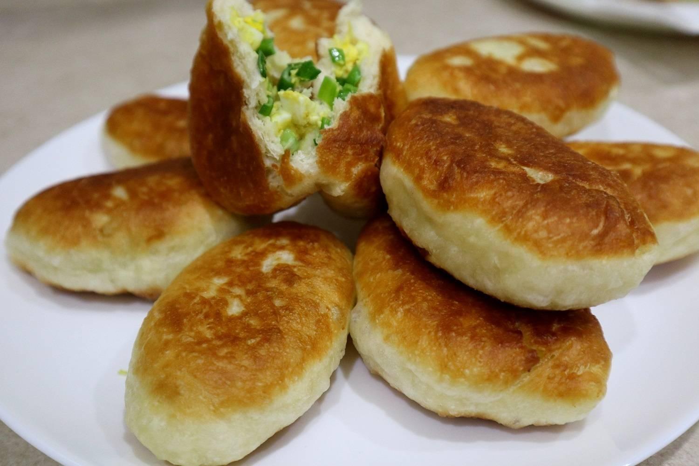 Жареные пирожки с зеленым луком и яйцом на воде