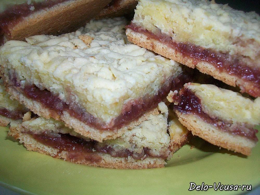 Насыпной пирог с творогом и изюмом