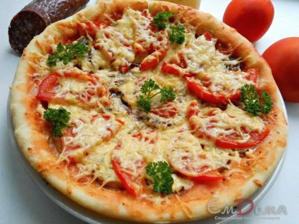 Пицца с шампиньонами, колбасой и сыром в духовке