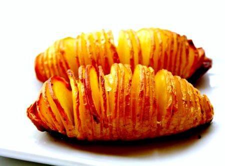 Картошка гармошка с зеленью и чесноком новогодняя