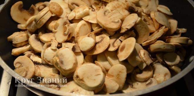 Жареные шампиньоны - рецепты с картошкой, луком на сковороде, сметаной и курицей