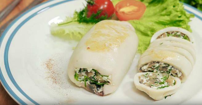 Кальмар, фаршированный яйцом и рисом