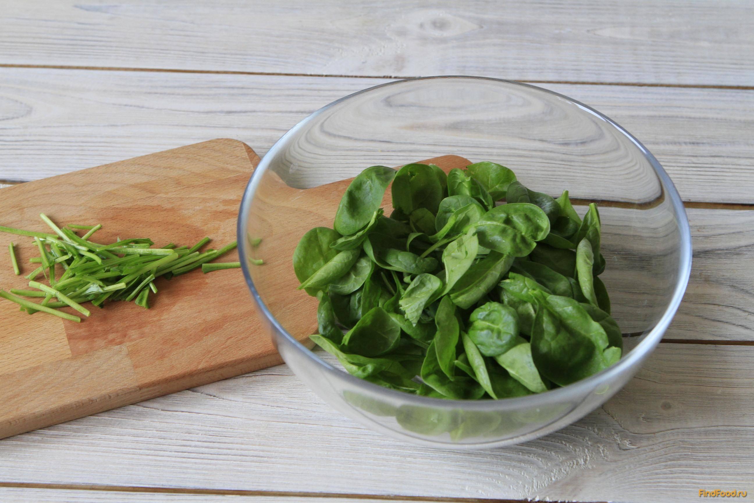 Салат из шпината  со свежим огурцом и помидорами, фото