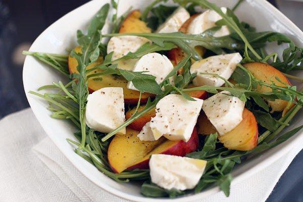 Салат капрезе из помидоров, моцареллы и базилика