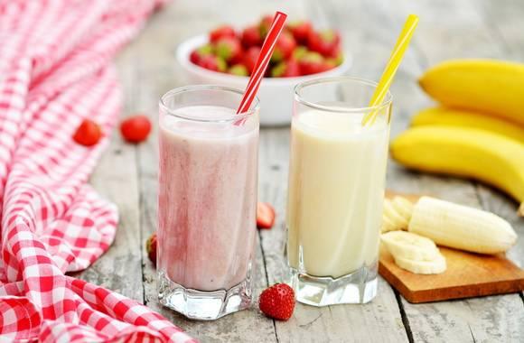 Молочный коктейль с клубникой и бананом