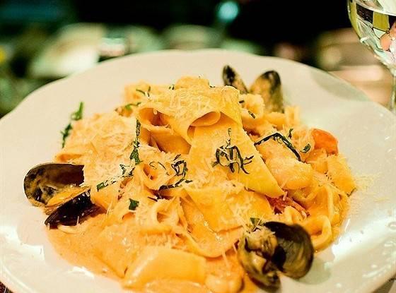 Паста с кальмарами в соусе из белого вина