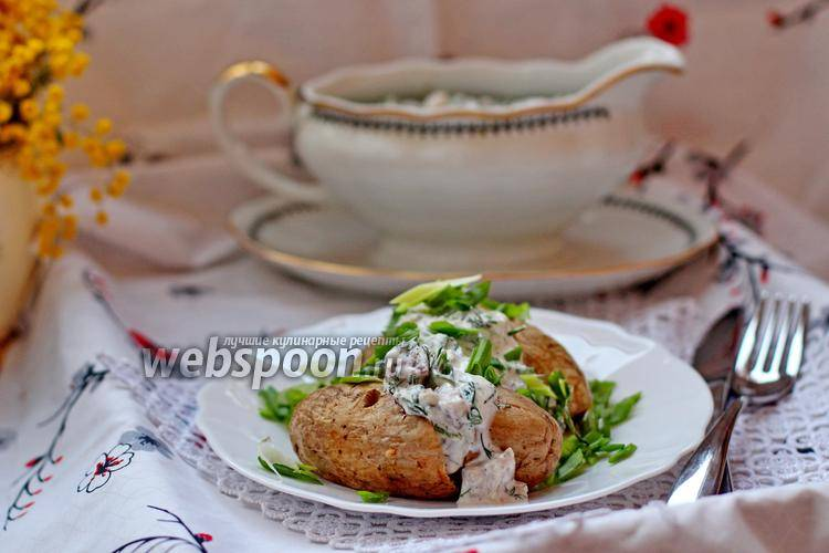 Запеченный картофель с селедочно-огуречным соусом