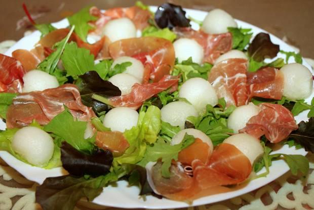 Салат из копченой курицы с дыней