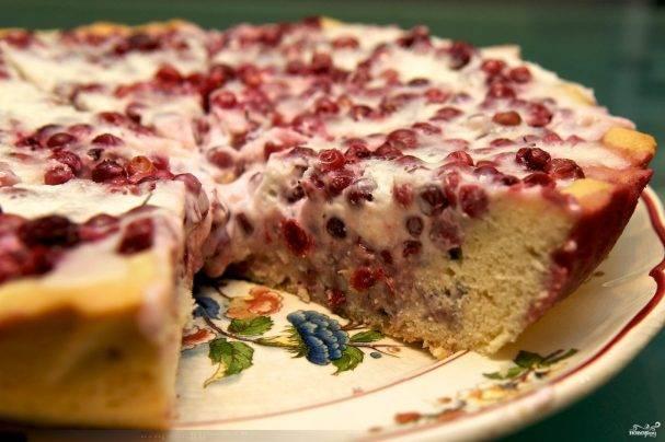Пирог из слоеного теста с брусникой
