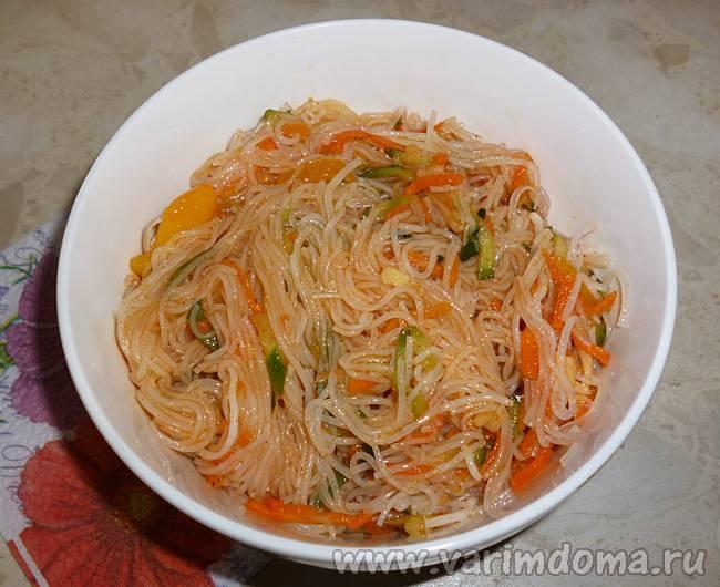 Как приготовить теплый салат с овощами и фунчозой