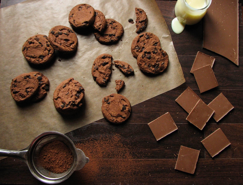 Хрустящее печенье с колотым шоколадом - отличное праздничное угощение