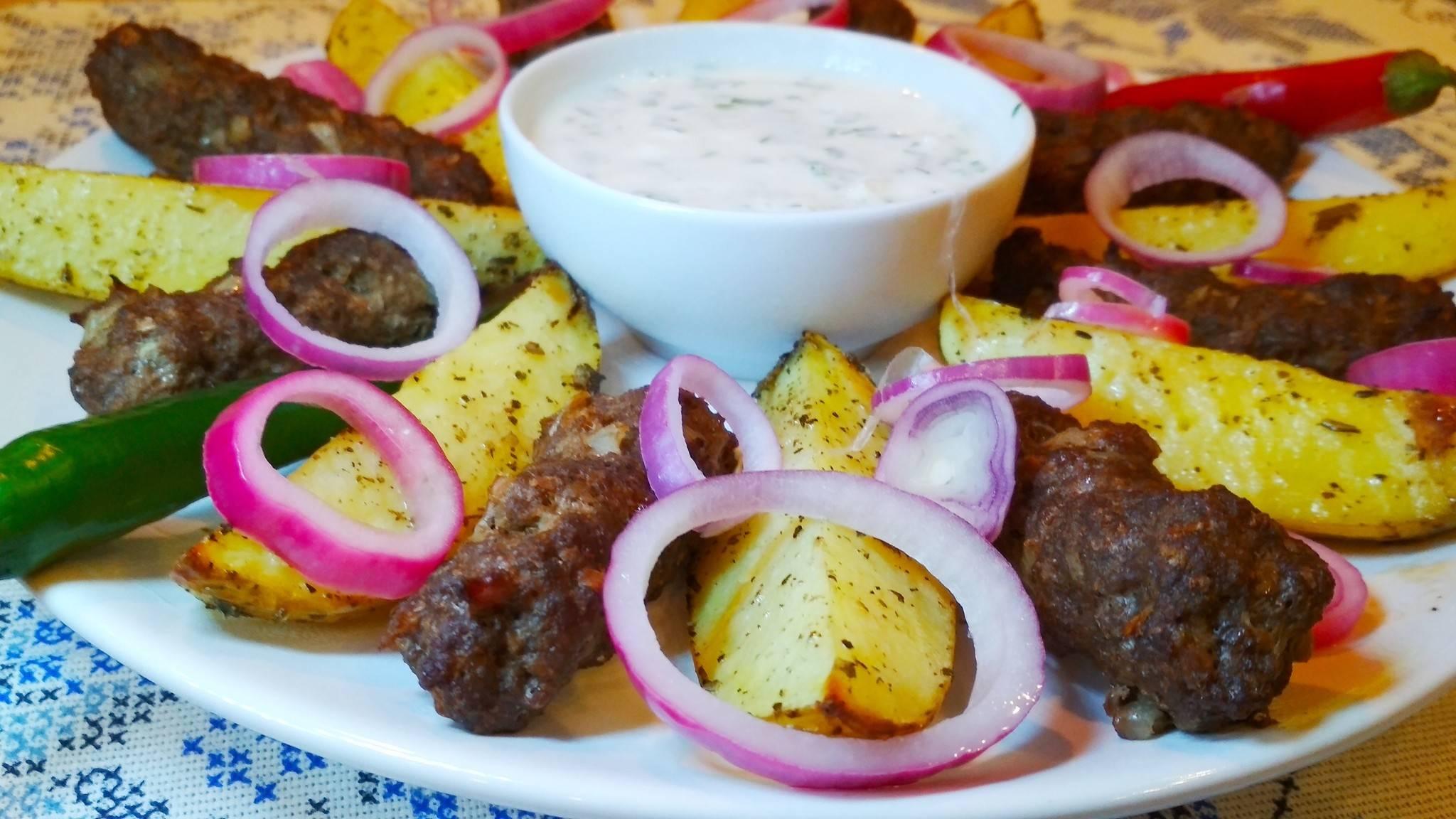 Как приготовить тефтели с грибным соусом и картофелем по-деревенски