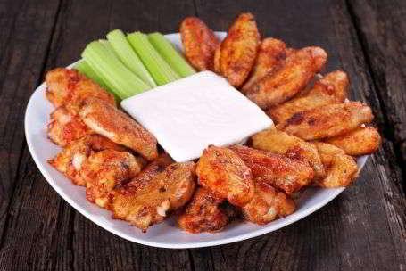 Куриные крылья баффало — популярная американская закуска