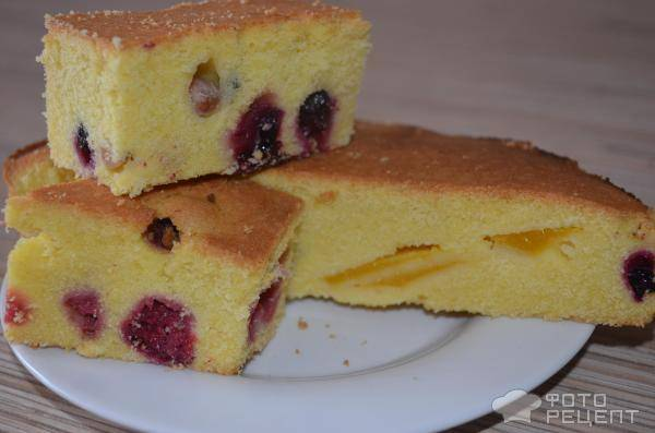 Замечательной пирог с творогом и ягодами на кукурузной муке