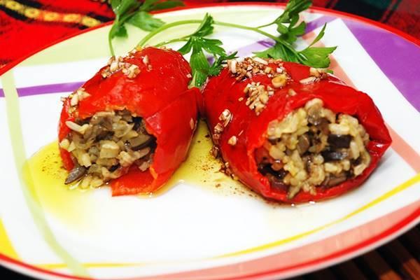 Фаршированный перец овощами, рисом и грибами