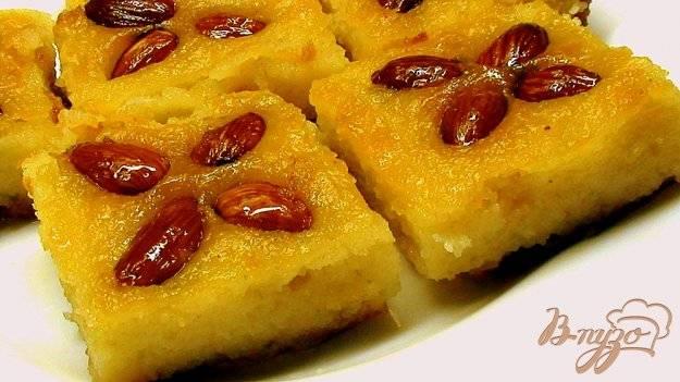 Десерт из манки с миндалeм в сахарном сиропе «басбуса»
