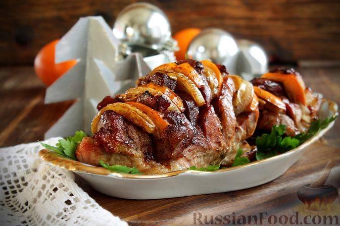 Аппетитный мясной рулет с капустой и яблоками!