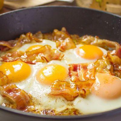 Яйца в беконе с овощами - оригинальный домашний завтрак
