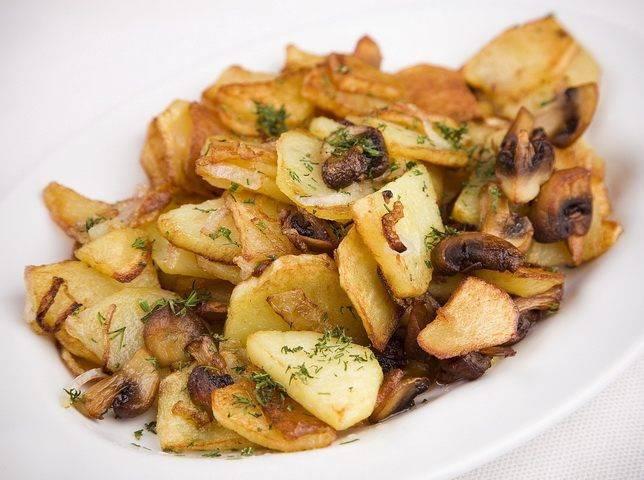 Жареная картошка с бочковыми опятами: рецепт с фото пошагово