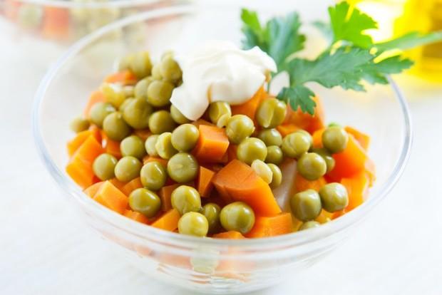 Салат с зеленым горошком консервированным
